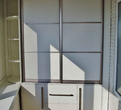 белый шкаф-купе на балкон