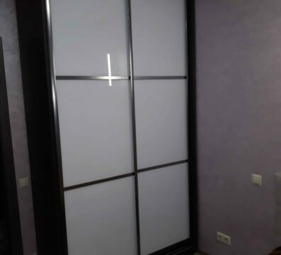 Шкаф купе в спальню с фасадом lacobel