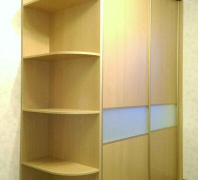 Шкаф купе в спальню с комбинированным фасадом из ДСП