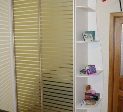 Шкаф купе в спальню с крашеным фасадом