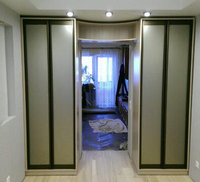 Шкафы с распашными фасадами в спальню