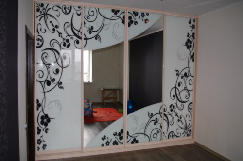 "Шкаф-купе с кристаллами ""Swarovski"". Фасад шкафа - покраска по амальгаме.Цена: от 42000 грн."