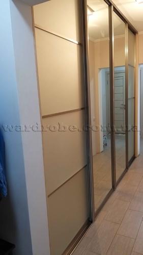 Шкаф-купе в узкий коридор между прихожей и санузлом