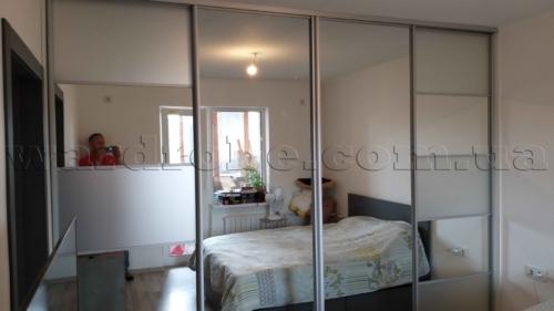 Зеркальный шкаф-купе в спальню с вставками зеркала сатин
