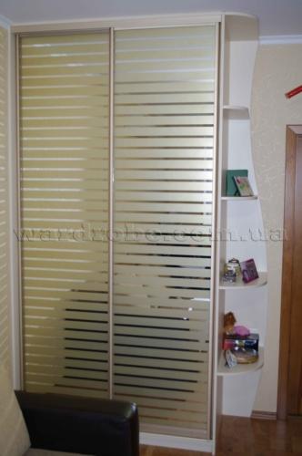 шкаф купе в спальню с раздвижной системой под золото