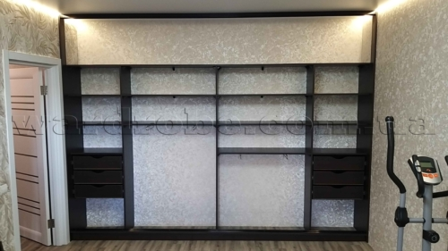 Встроенный шкаф купе в комнате с натяжным потолком